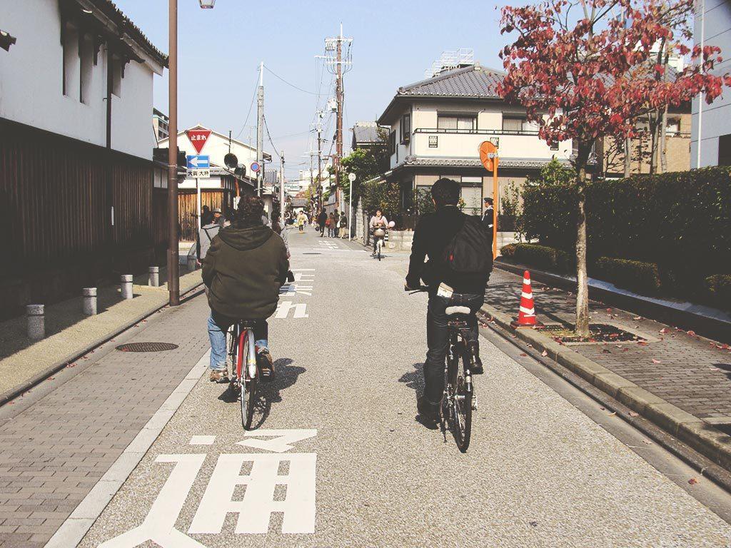 Explorando las calles y destilerías de sake de Fushimi en bicicleta