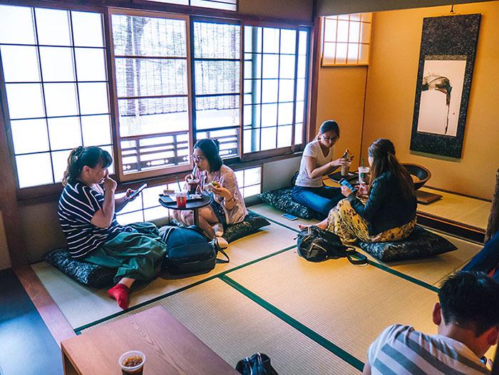 Zona de Tatami en el Starbucks de Ninenzaka